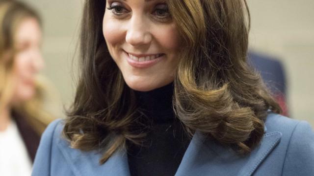 Grávida, Kate Middleton esbanja elegância em evento