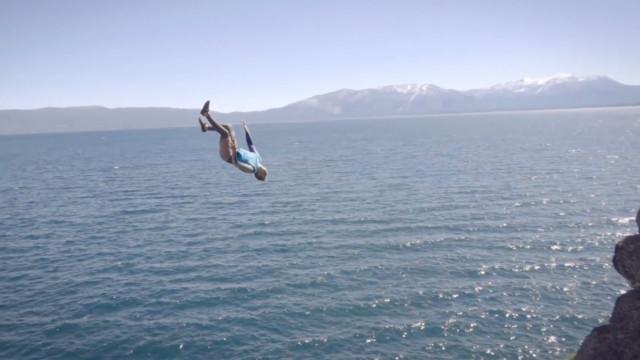 Atleta dá salto incrível nas águas de Serra Nevada