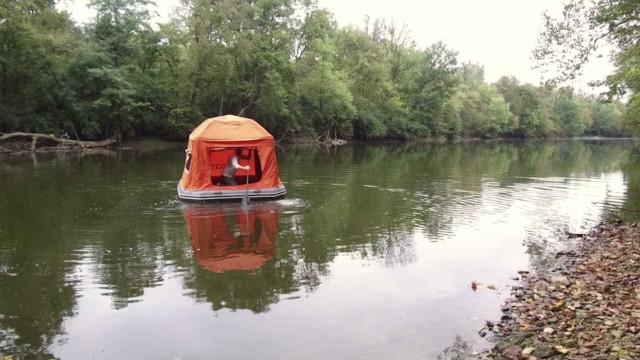 Já imaginou acampar na água? Com esta barraca é possível!