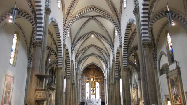 Fragmento de teto de basílica italiana cai e mata turista