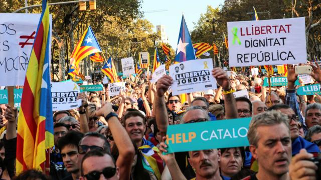 População de Barcelona sai às ruas contra intervenção de Madri; vídeo