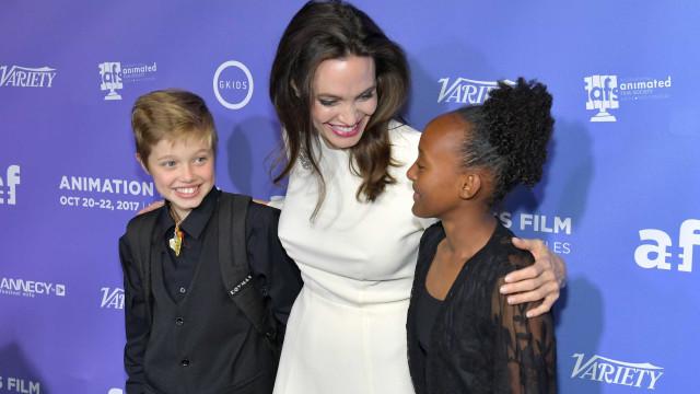 Filha de Angelina e Brad usa camisa e colete no tapete vermelho