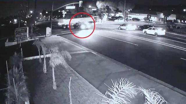 Carro passa por baixo de carreta em acidente cinematográfico