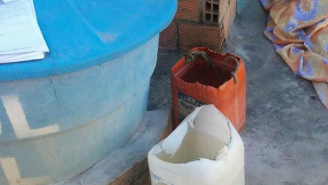 Homem é achado morto com cabeça em balde d'água e garrafa de cachaça