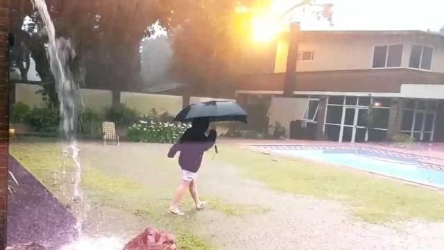 Vídeo mostra momento em que Raio cai assustadoramente perto de criança