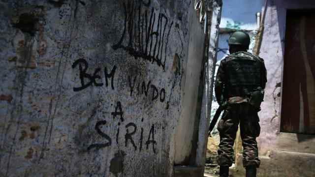 Moradores da Rocinha: policiais 'chegaram atirando' em baile funk
