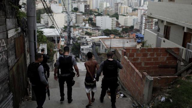 Fuzis do tráfico podem ter sido escondidos em casas de moradores