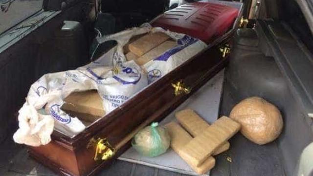 Carro de funerária é pego com quase 100 kg de maconha dentro de caixão
