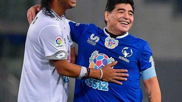 Ronaldinho manda recado carinhoso para Maradona: 'Ídolo e amigo'