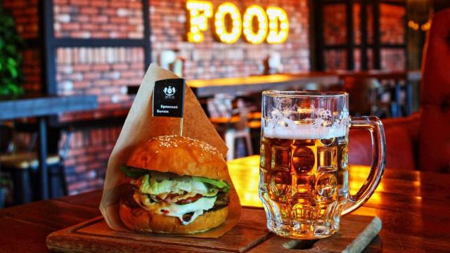 Entenda polêmica envolvendo emojis de hambúrguer e cerveja