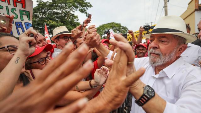 Lula diz que está 'perdoando os golpistas' e trará democracia de volta