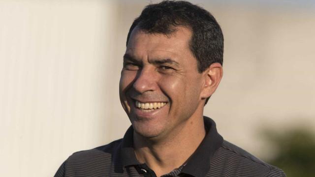 No desembarque, Carille ouve pedidos e provocações ao Palmeiras
