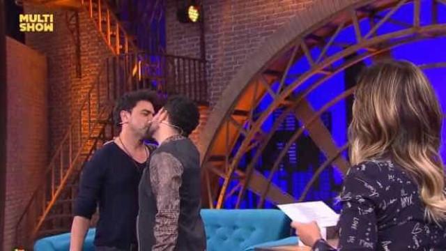 Zezé e Luciano dão selinho no 'Lady Night' para ver quem beija melhor