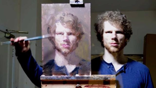Artista faz autorretrato utilizando técnica de espelho