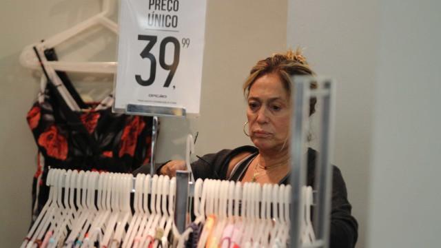 À vontade sem maquiagem, Susana Vieira aproveita liquidação de loja