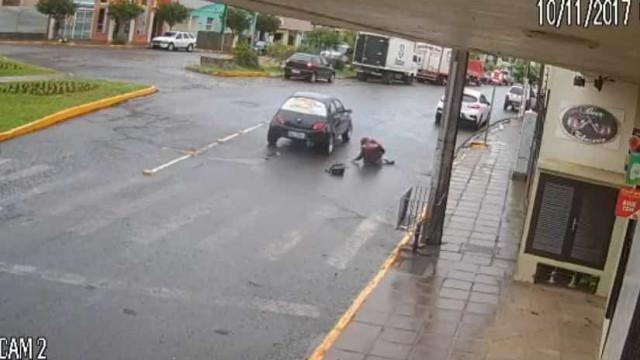 Motorista atropela jovem em faixa de pedestre e foge sem dar socorro