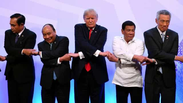 Com presidente filipino, Trump ignora direitos humanos
