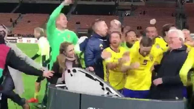 Jogadores da Suécia quebram bancada de jornalistas em comemoração
