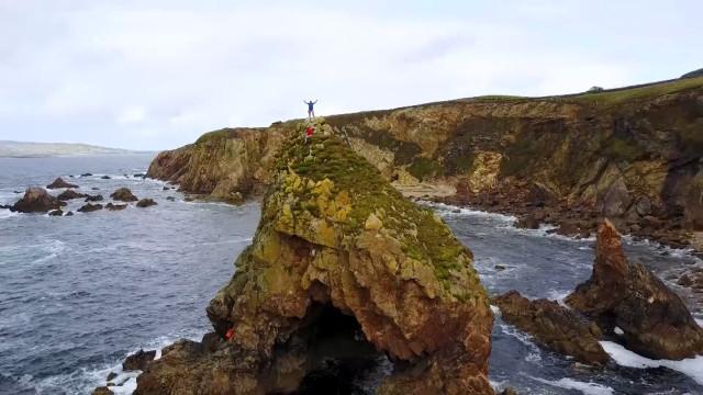 Explorador se aventura em majestoso penhasco na Irlanda
