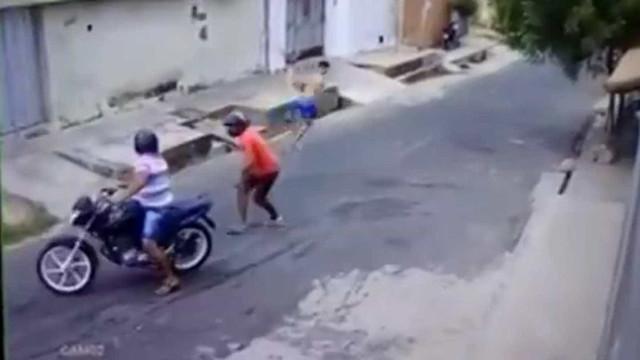 Vídeo de jovem fugindo de bandidos viraliza na internet; veja