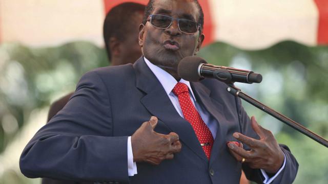 Zimbábue: Mugabe reaparece em público