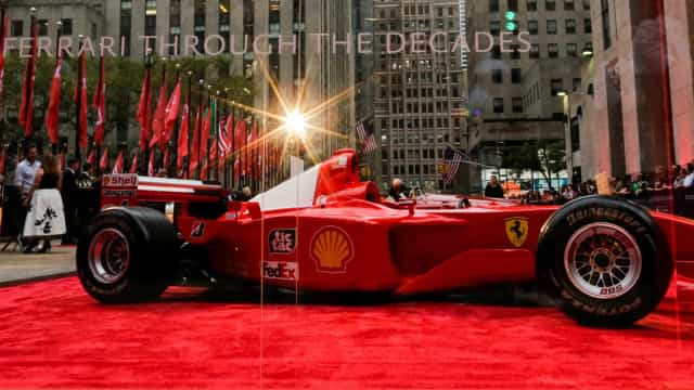 Ferrari pilotada por Schumacher é leiloada por US$7,5 milhões