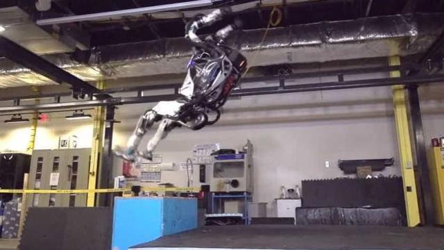 Após atualização, robô consegue dar salto mortal para trás; veja