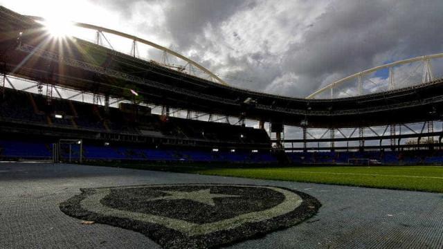 Torcedores arrombam portão e invadem treino do Botafogo
