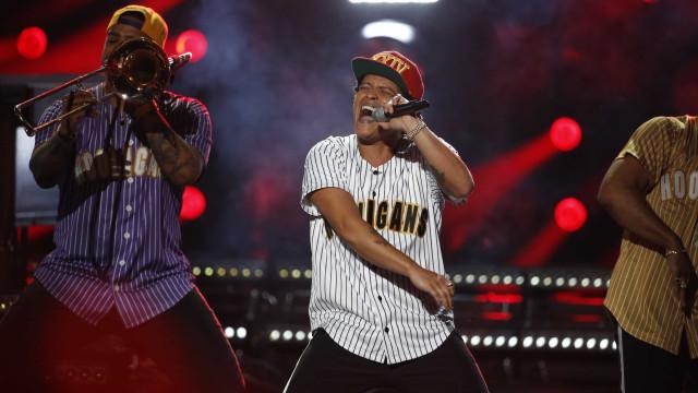 Bruno Mars atualiza embalos de sábado à noite em show no Rio