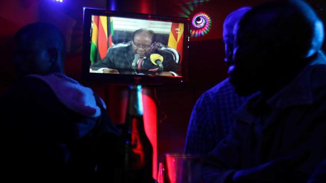 Mugabe ignora pedidos de renúncia à presidência em discurso na TV