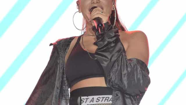 Anitta exibe aliança em show após assinar união estável com empresário
