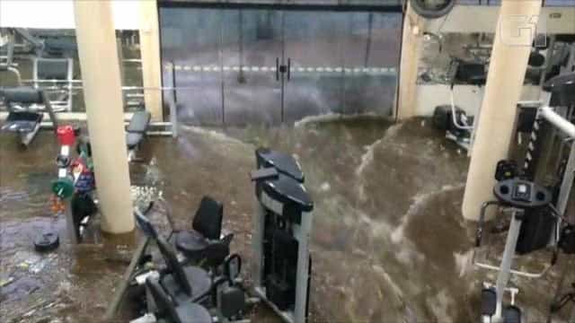 Chuva alaga rua e água invade academia no RS; vídeo