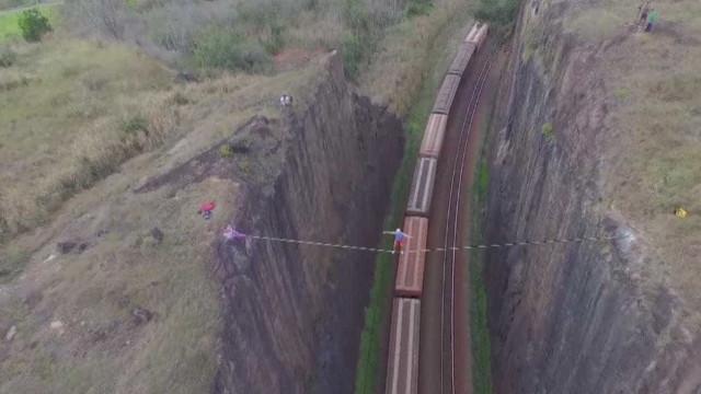 Atleta de Slackline atravessa linha ferroviária no ES