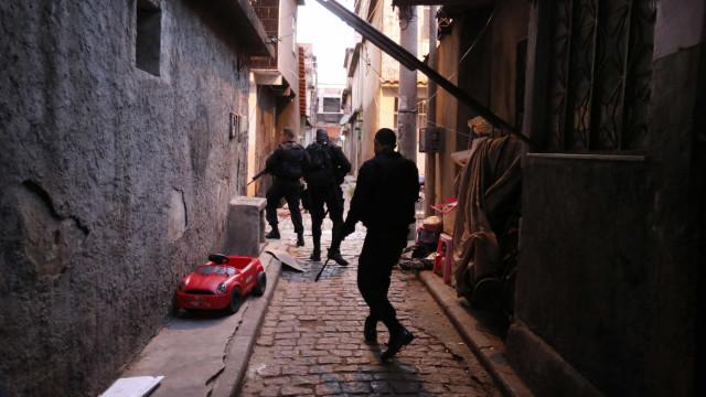Confronto entre bandidos e PM tem um ferido e dois presos no Rio