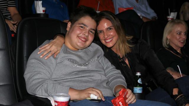 Filho do apresentador Faustão vai com a mãe em pré-estreia de filme