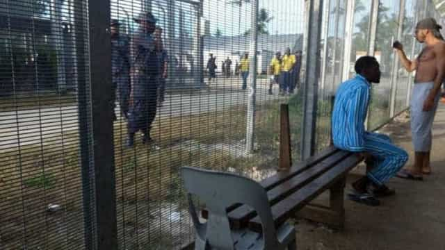 Refugiados são retirados a força de campo australiano em Manus