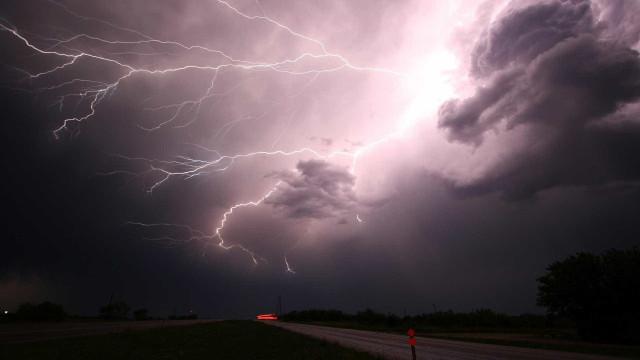 Relâmpago atinge maior edifício da Austrália durante forte tempestade