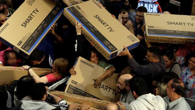 Consumidores aproveitam Black Friday em lojas abertas de madrugada