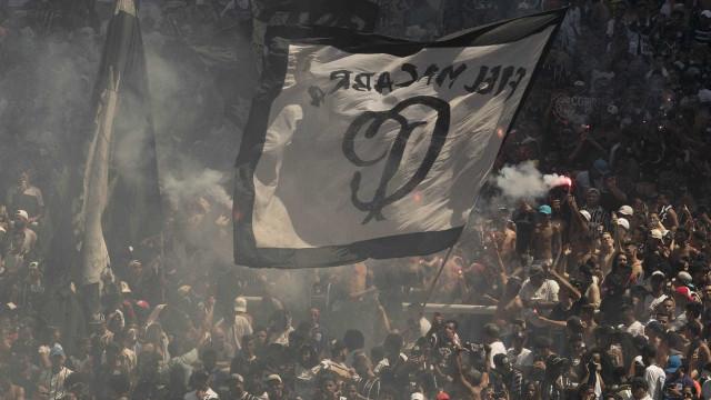 Treino do Corinthians termina com invasão ao gramado do Itaquerão