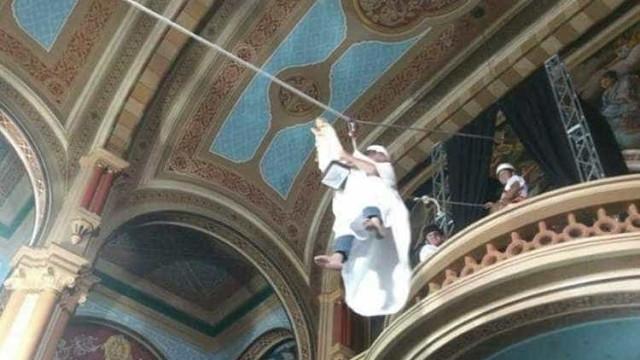 Padre usa tirolesa para entrar em missa no interior de SP; vídeo