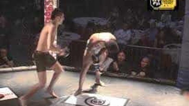Nocaute: lutador 'congela' ao receber chute de adversário