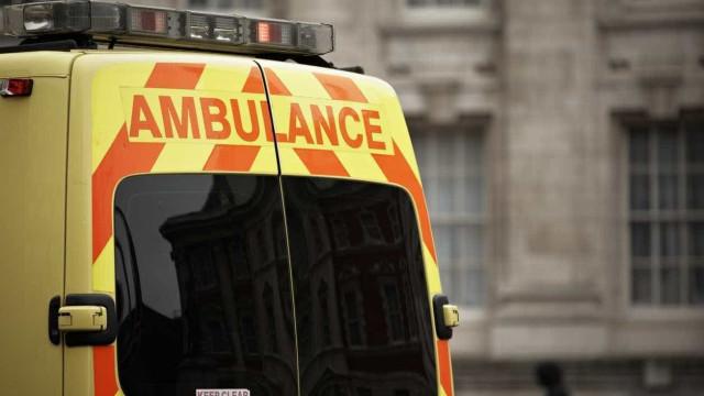 Menino de 2 anos morre após cair de janela de prédio na Inglaterra
