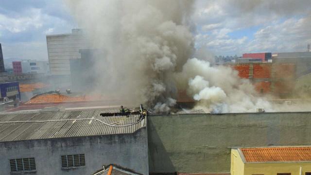 Loja de roupas é atingida por incêndio de grandes proporções em SP