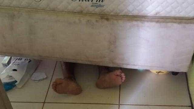 Polícia encontra foragido escondido embaixo da cama