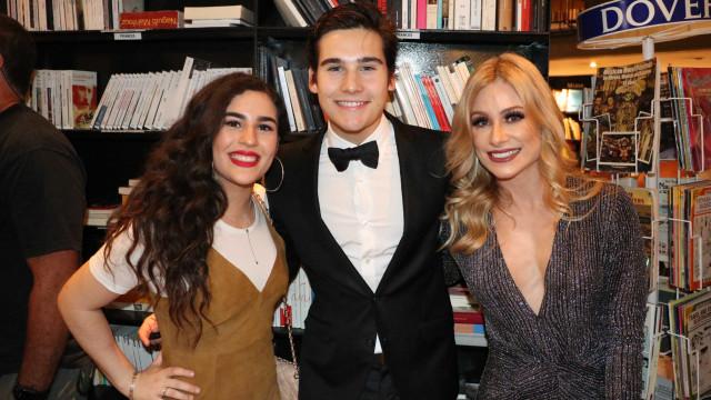 Lívian Aragão posa com o ex-namorado, Nicolas Prattes, em evento