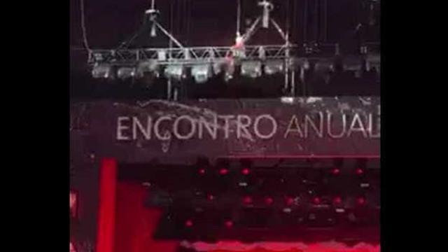 CEO do Santander faz entrada triunfal durante evento de fim de ano