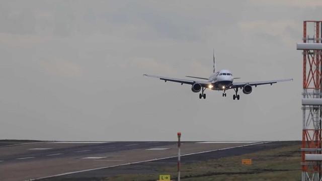 Aviões fazem pousos assustadores por conta do vento na Inglaterra