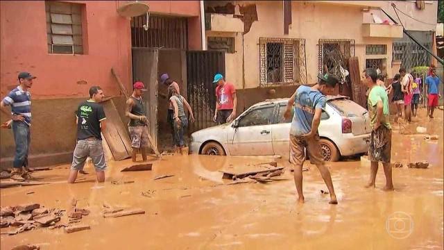 Pai desmaia ao saber que família foi levada por chuva em Minas