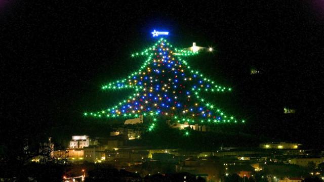 Do espaço, astronauta acende a maior árvore de Natal do mundo