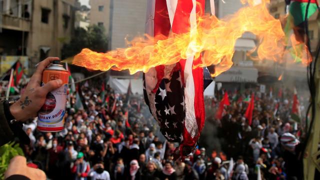 Protesto contra Trump perto de embaixada causa caos no Líbano
